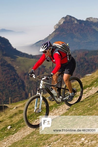 Österreich  Tirol  Mountainbikerinnen auf dem Spitzsteinberg