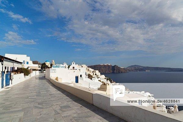 Griechenland  Kykladen  Thira  Santorini  Oia  Blick auf Gasse mit Caldera