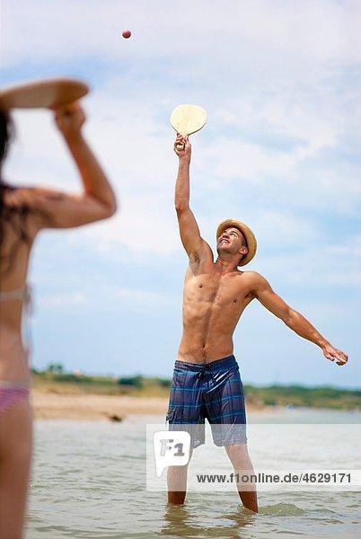 Kroatien  Zadar  Paar spielt am Strand