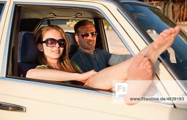 Kroatien  Zadar  Junges Paar im Auto ruhend