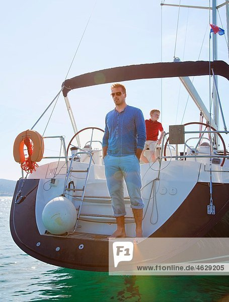 Kroatien  Zadar  Vater mit Sohn auf Segelboot