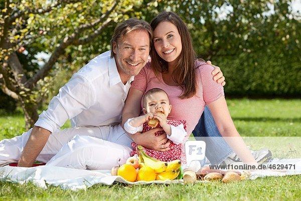 Deutschland  Bayern  Familie beim Picknick  Portrait