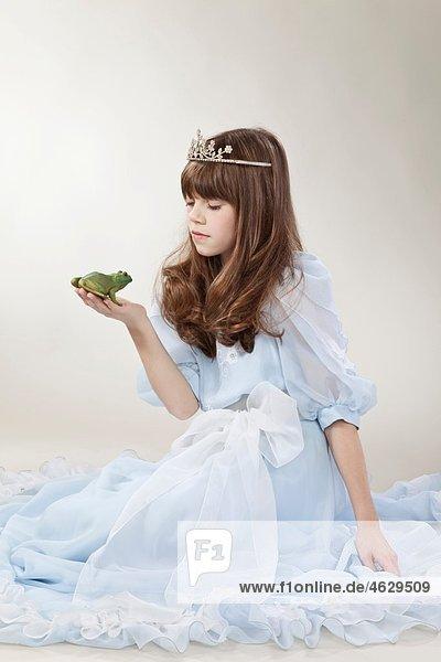 Mädchen (10-11 Jahre) mit Froschkönig Mädchen (10-11 Jahre) mit Froschkönig