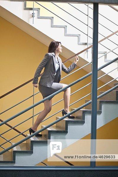 Geschäftsfrau beim Treppensteigen