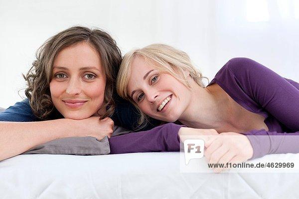Junge Frauen lächeln  Porträt
