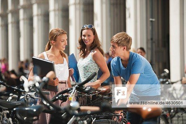 Junger Mann und junge Frauen in der Universität