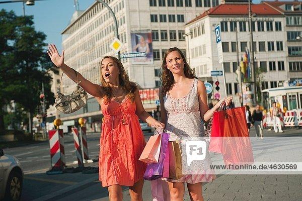 Junge Frauen mit Einkaufstaschen