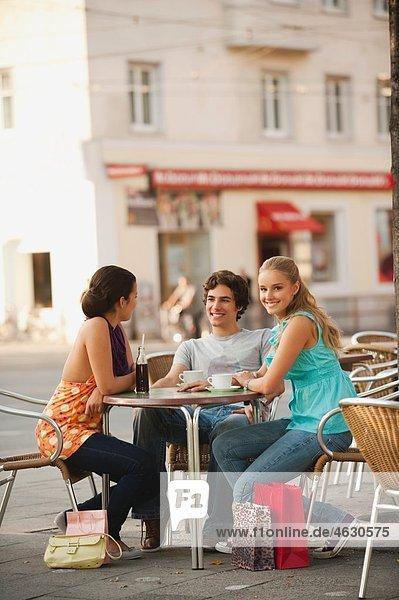 Deutschland  München  Freunde zusammen im Cafe