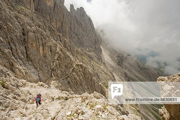 Italien  Dolomiten  Bergwanderer beim Wandern am Rosengarten