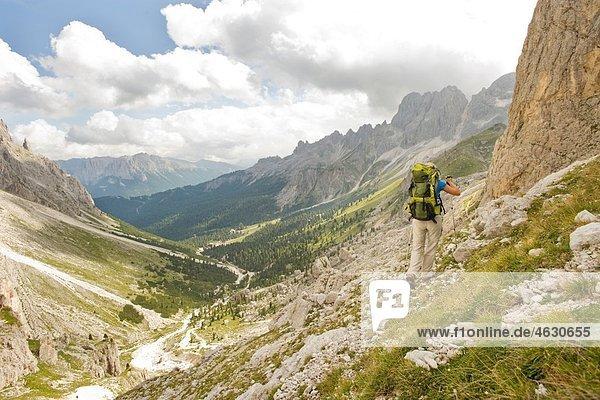 Italien  Dolomiten  Reife Männer beim Wandern am Rosengarten