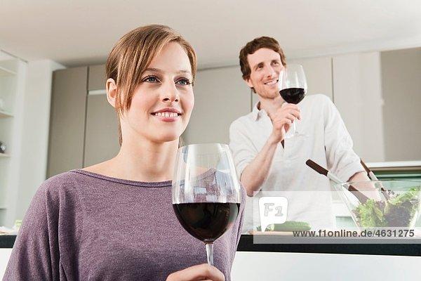 Mann und Frau mit Weinglas  lächelnd