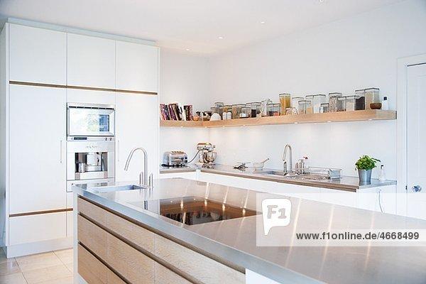 Moderne Küche mit Arbeitsplatte aus Edelstahl Abwesend,Abwesenheit ...
