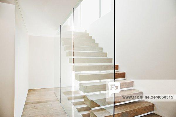 Favorit Freitragende Treppe und Glaswand in modernem Haus Abwesend NK63