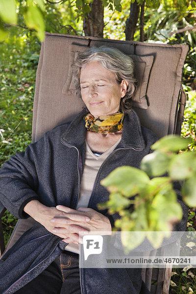 Frau auf Kissen liegend Frau auf Kissen liegend