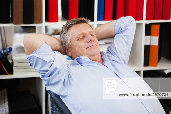 Der Mann bei der Arbeit macht eine Pause.