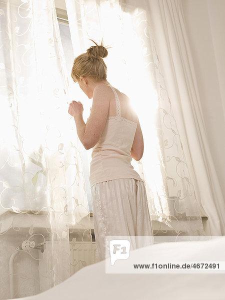 Junge Frau im Schlafzimmer