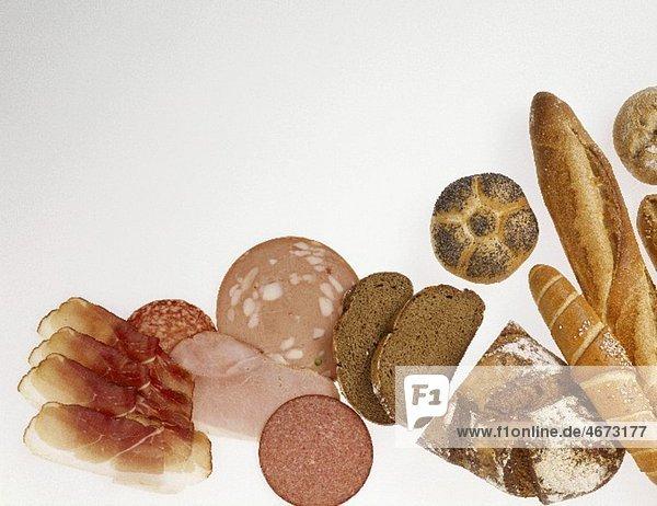 Verschiedene Brote  Wurst und Schinken