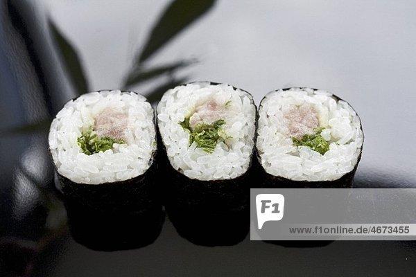 Maki-Sushi mit Thunfisch und japanischen Lauchröllchen (Negi)