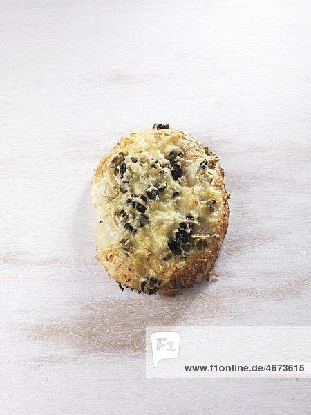 Fougasse (Mit Käse und Oliven überbackenes Fladenbrot)