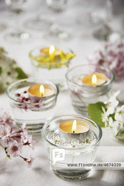 Schwimmende Teelichter mit Blütendeko