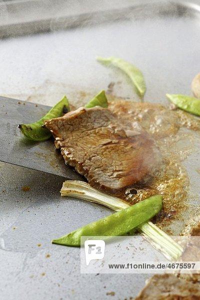 Rindfleisch Teppan Yaki mit Zuckerschoten (gebraten)