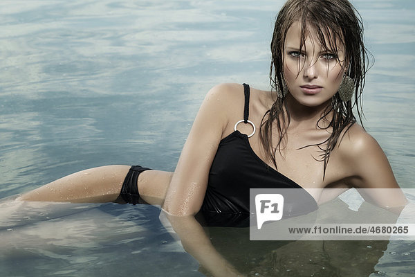 Junge Frau im Wasser
