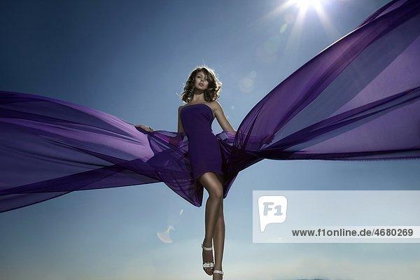 Junge Frau im lila Kleid