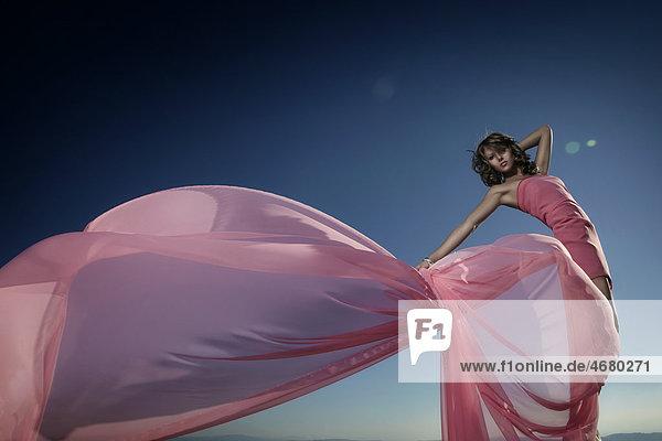 Junge Frau im pinken Kleid