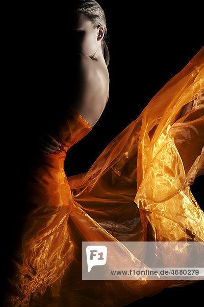 Junge Frau in goldfarbenem Kleid