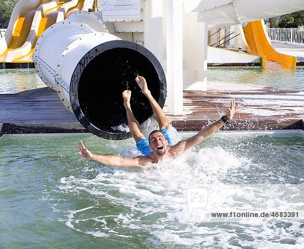 Junger Mann fällt von der Rutsche ins Becken