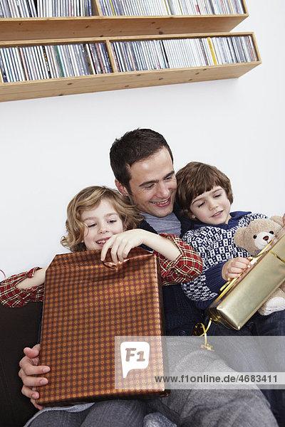 Vater und Kinder Eröffnungsgeschenke Vater und Kinder Eröffnungsgeschenke