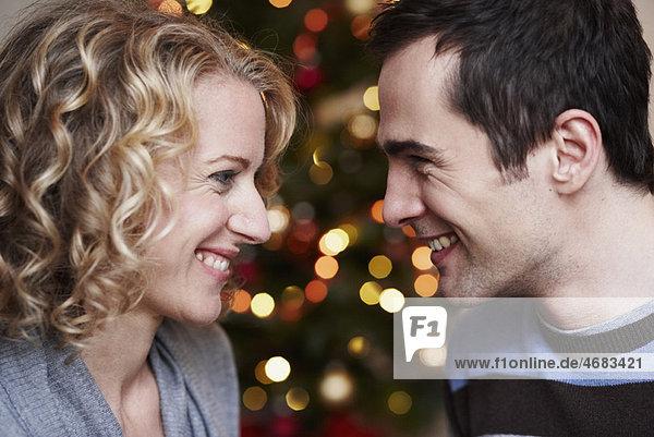 Paar vor dem Weihnachtsbaum Paar vor dem Weihnachtsbaum
