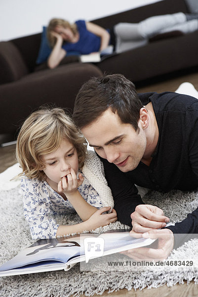 Vater und Tochter beim Lesen Vater und Tochter beim Lesen