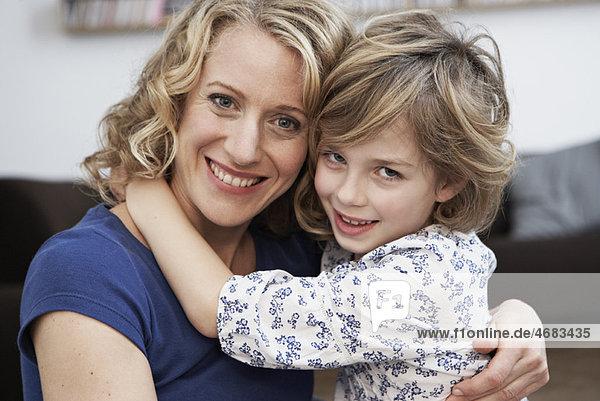 Umarmung von Mutter und Mädchen Umarmung von Mutter und Mädchen