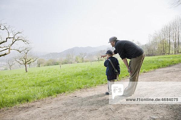 Vater und Sohn genießen einen Nachmittag