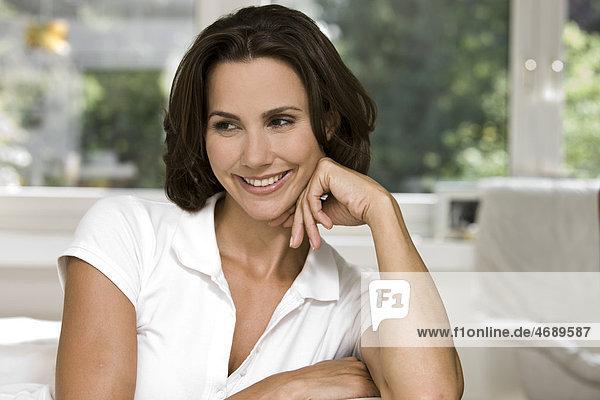 Lächelnde Frau schaut zur Seite