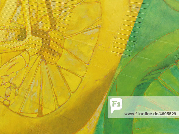 Buntes  abstraktes gelb-grünes Wandbild auf einer Mauer  Graffiti
