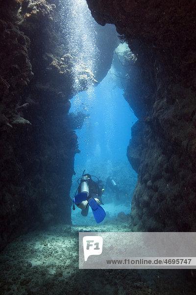 Ein Taucher beim Verlassen einer Höhle  Marsa Alam  Rotes Meer  ƒgypten  Afrika