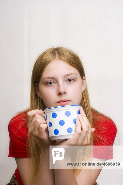 Teenager  17 Jahre  mit Teetasse