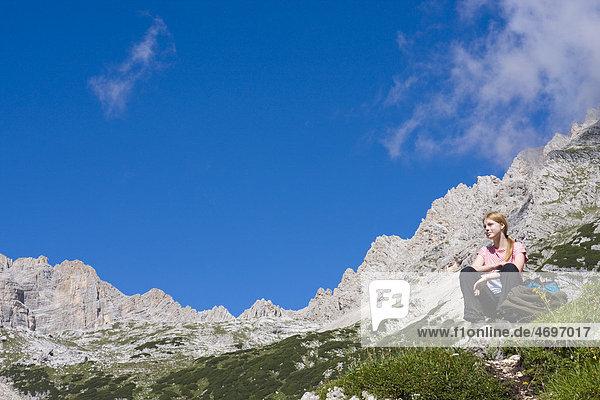 Wanderin rastet bei den Gruppo del Sorapiss Berge  Dolomiten  Alto Adige  Südtirol  Alpen  Italien  Europa