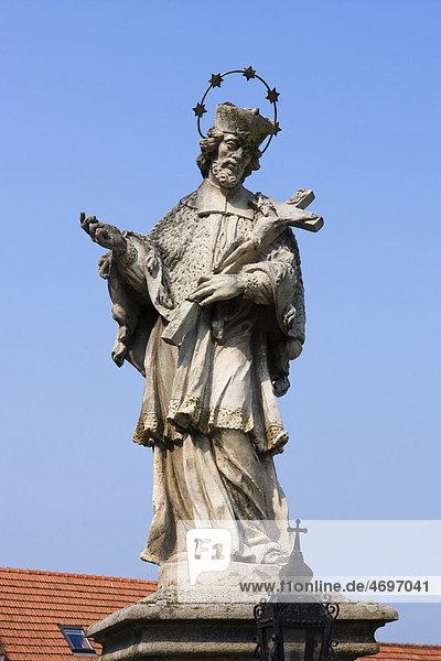 Statue des Hl. Johannes von Nepomuk auf dem Piaristenplatz an der Kirche Mariä Himmelfahrt in Straznice  zu deutsch Straßnitz  Bezirk HodonÌn  zu deutsch Bezirk Göding  Südmähren  Tschechische Republik  Europa
