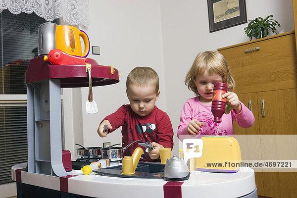 Kinder  2 und 3 Jahre  mit Spielzeugküche