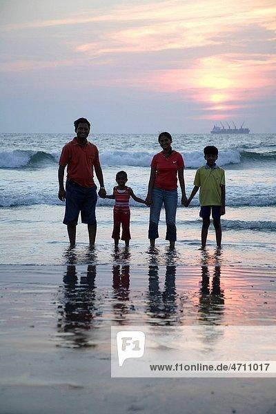 sehen Menschliche Eltern Küste halten Indianer