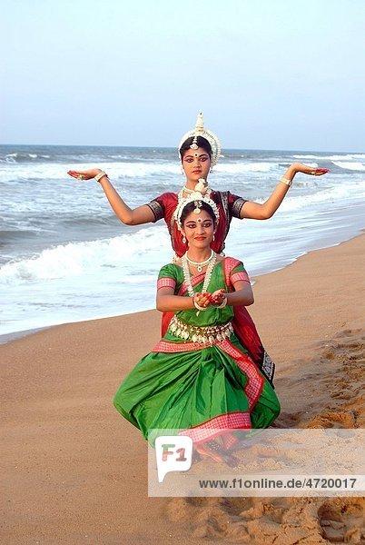 Dancers performing classical traditional odissi dance in front of bay of Bengal sea   Konarak   Orissa   India MR 736D 736C