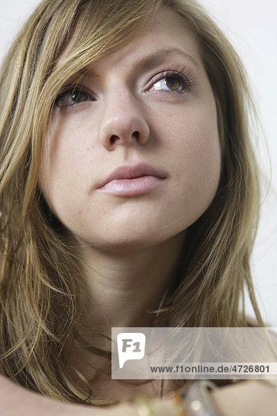 Portrait einer Frau  jung  langes Haar  sinnlich