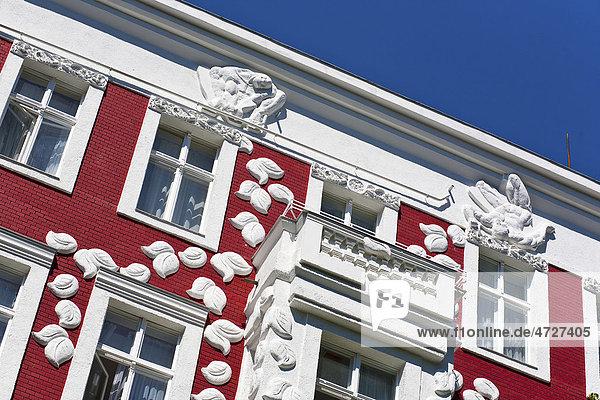 Detailansicht einer Hausfassade im Berliner Bezirk Wilmersdorf  Berlin  Deutschland  Europa Hausfassade