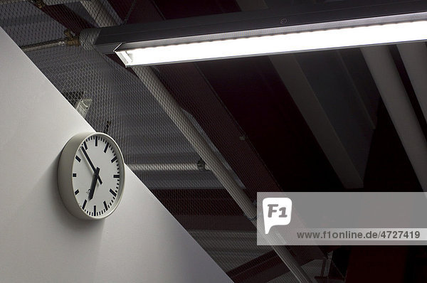 Fabrikuhr in einer Halle
