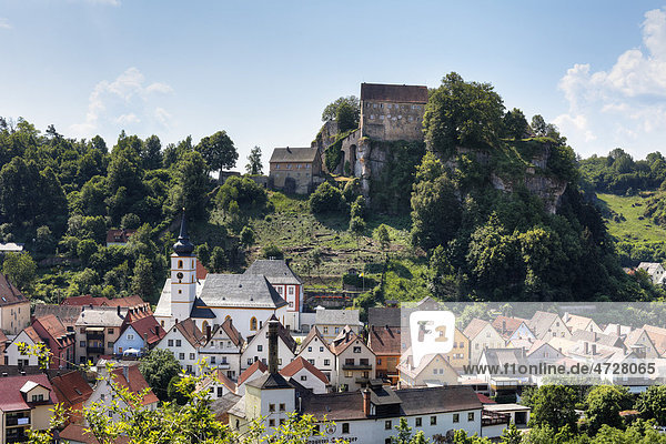 Pottenstein mit Burg Pottenstein  Fränkische Schweiz  Fränkische Alb  Oberfranken  Franken  Bayern  Deutschland  Europa