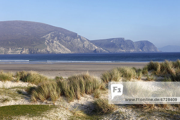 Strand in Keel  Klippen mit Dooega Head  Achill Island  County Mayo  Connacht  Republik Irland  Europa