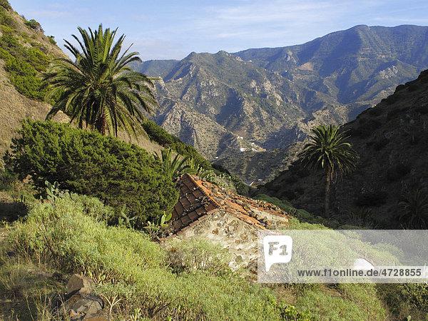 Altes Haus in Barranco de la Era Nueva  hinten Roque Cano  Vallehermoso  La Gomera  Kanaren  Spanien  Europa